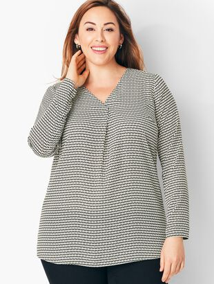 Plus Size Crepe Pleated Blouse - Diamond Print